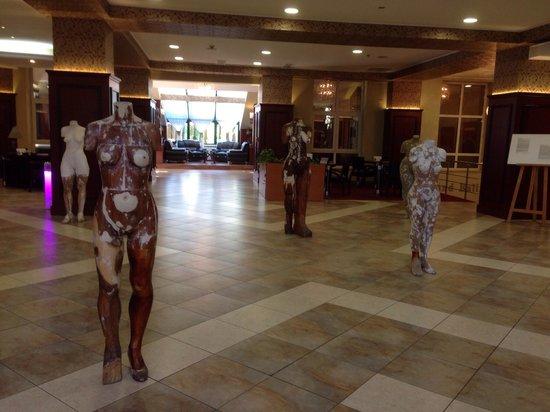 Caro Golf Hotel: Modern Art exhibition in the hall of Caro hotel