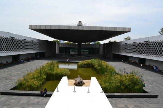 Museo Nacional de Antropología: Patio interno, con las salas a los costados
