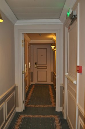 Hôtel Le Littré : hallway to room 411, which is on the left side