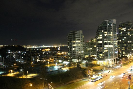 Lord Stanley Suites On The Park : Great night view