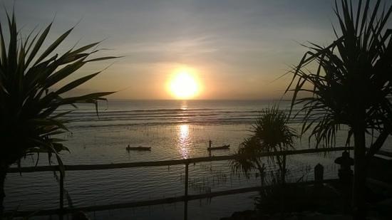 Twilight Lembongan: sunset from twilight poolside sun lounge