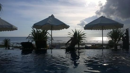Twilight Lembongan: pool at sunset