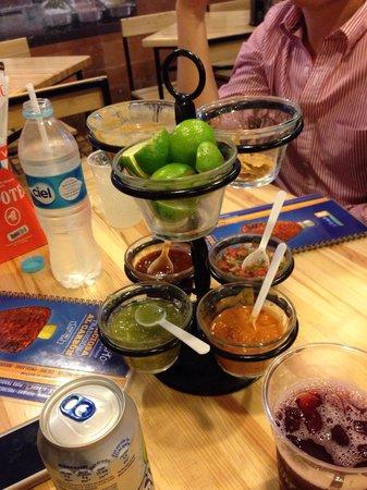 El Tizoncito: Totopos frijoles y salsas