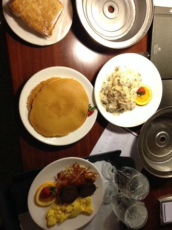 Hilton St. Louis Frontenac: Room Service for Breakfast - Excellent and Cheap