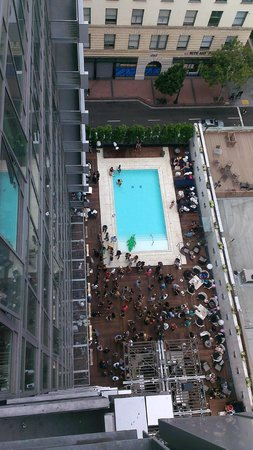 Kimpton Hotel Palomar San Diego : looking down to the pool party Saturday