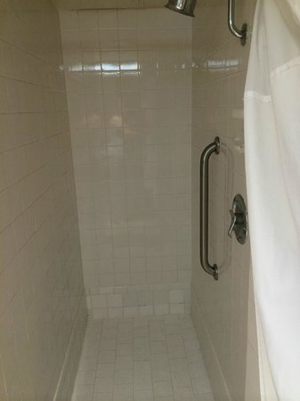Hollywood Hotel: narrow shower