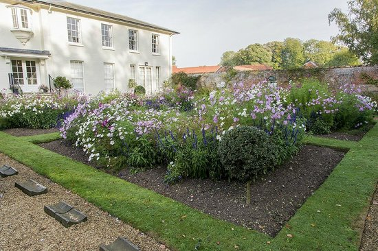 Congham Hall Hotel & Spa: Front Garder
