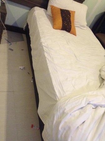 Yes Hotel: sampah di bawah tempat tidur