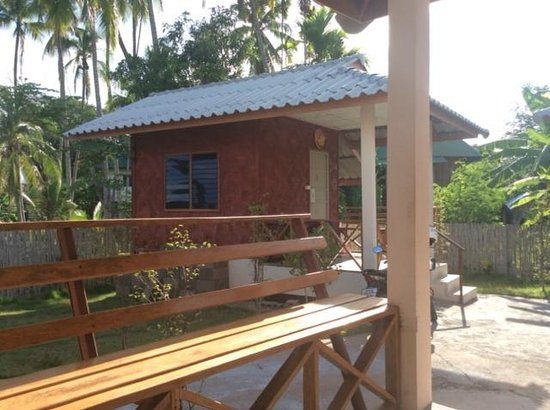 Sarm Mork Guest House : One of the two other bungalows seen from our terrace
