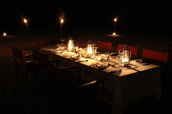 Lion Sands River Lodge: Dinner in the dry river bed