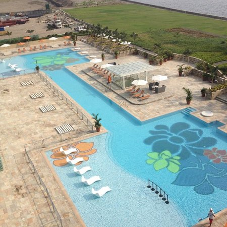 Solaire Resort & Casino: Nice pool with a wading area, a lap pool and tons of lounge chair