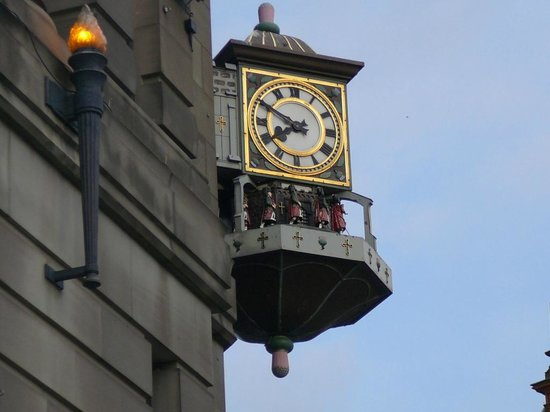 Leonardo Royal Hotel Edinburgh: Beautiful Building's Clock