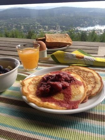 Amazing View Bed and Breakfast: Homemade pancakes and strawberry coulis, freshly squeezed OJ, eggs from hens at the B&B, fresh f