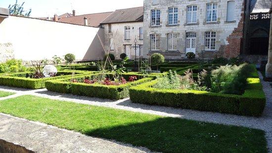 Jardin du cloitre foto van notre dame en vaux chalons for Jardin anglais chalons en champagne