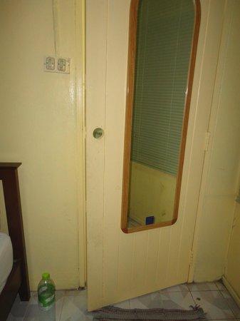 Victor Guesthouse: door to bathroom