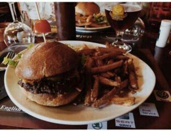 The Witch Berry English Pub : Classic burger et ces frites maison .