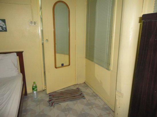 Victor Guesthouse: bathroom door