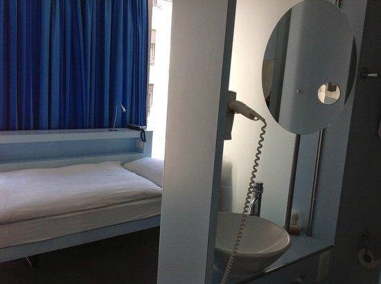 Hotel Cristal Design: Стеклянная перегородка отделяет ванную от комнаты