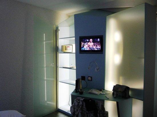 Hotel Cristal Design: Стекло и свет - интерьер номера