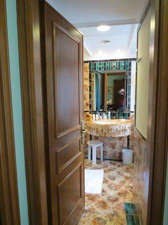 Hotel Berchielli: Lovely tiles color combo!