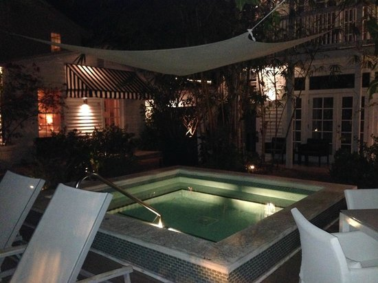 Alexander's Gay and Lesbian Guesthouse : The lovely jacuzzi