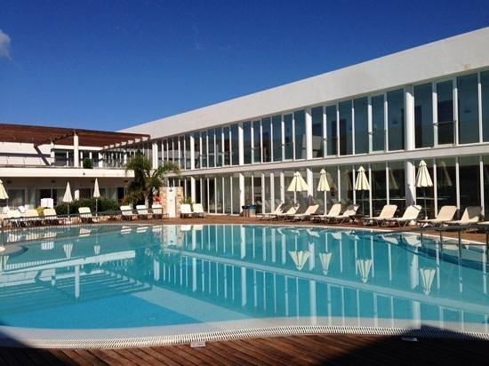 Port Ciutadella: piscine de l'hôtel assez abritée du vent