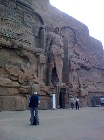 Völkerschlachtdenkmal: The statues are gigantic