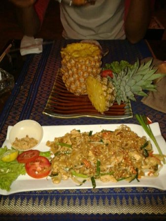 Maya cuisine & Lounge by Jeanette: Pad Thai Chicken & Pineapple (similar to Tom Kha)
