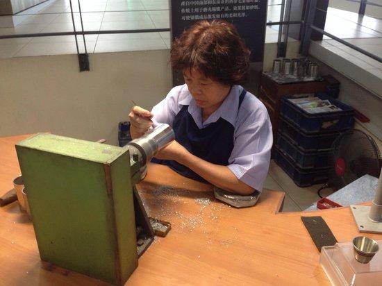 Royal Selangor Visitor Centre: Polishing the mug