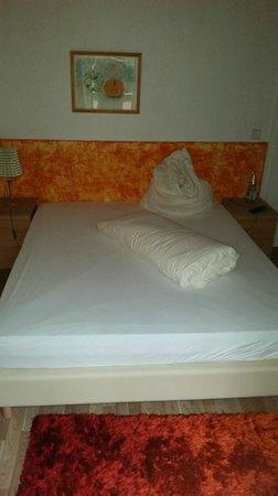 Hotel Schwarzenberg: sehr breites Bett EZ