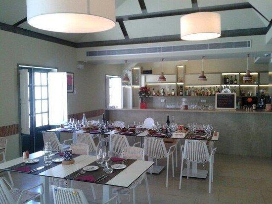 Tertulia Algarvia: Comedor segundo piso, sencillo, fresco y agradable