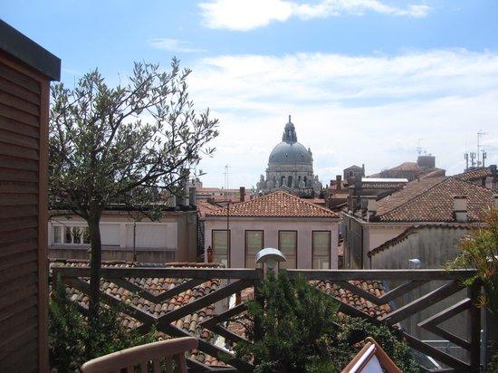 Hotel Saturnia & International: binnen 5 minuten staat je op het San Marco, binnen 1 minuut via een steegje bij de Canal Grande