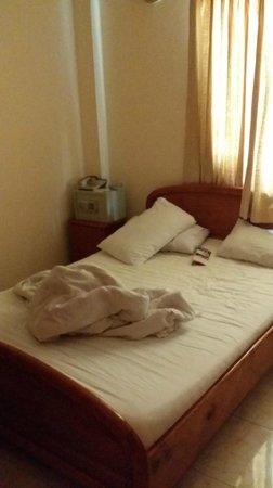 Que Huong Hotel: room