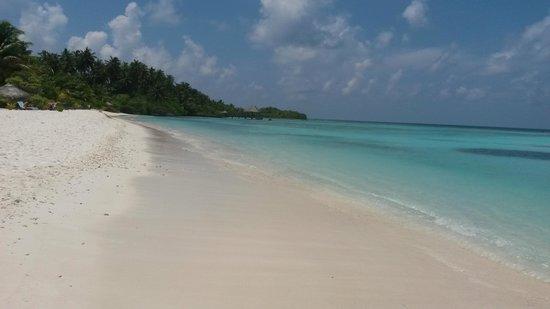 Filitheyo Island Resort: main beach