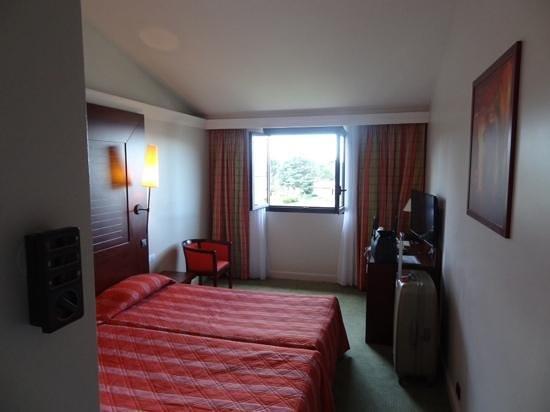 Hotel Les Jardins de Sainte-Maxime: camera vista piscina