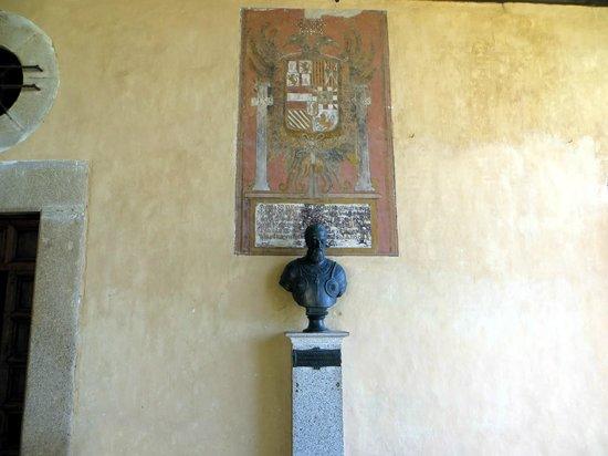 Monasterio de San Jeronimo de Yuste : Busto y escudo de Carlos I