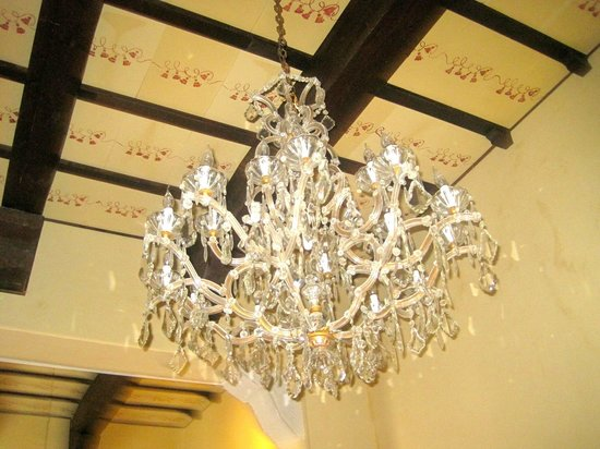 Donna Regina B&B: elegant chandelier in main salon