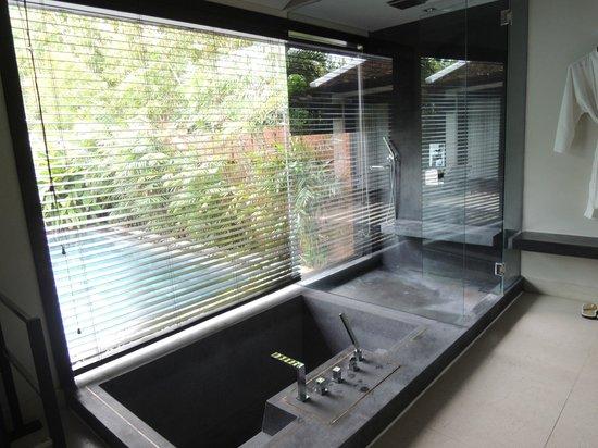 Fusion Maia Da Nang : Bath tub and standing shower