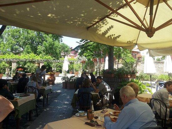 Tavoli giardino interno foto di casa zanni villa - Giardino interno casa ...