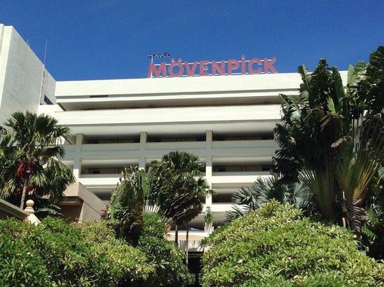 Mövenpick Resort and Spa Karon Beach Phuket: Front of Hotel