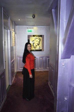 Hotel Sint Nicolaas: картинная галерея на этажах отеля
