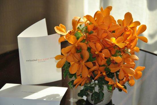 Swissotel Nai Lert Park: Un bouquet d'orchidées dans la chambre