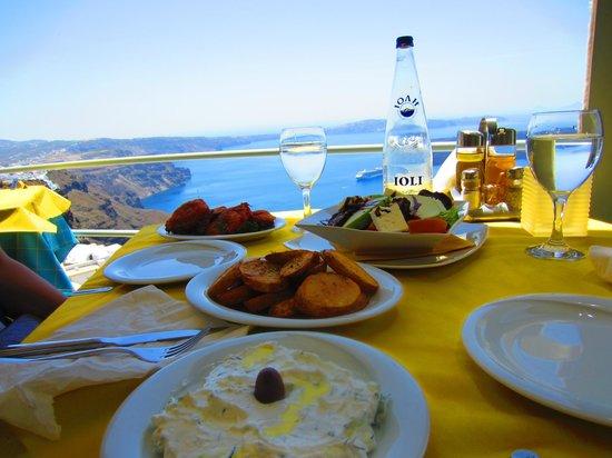 Skaros Fish Restaurant: Deluxe potatoes, Colourful salad, tomatoe balls and tzatsiki