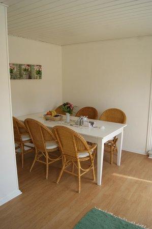 KalleHaveGaard Badehotel: Dejligt stort værelse med spisekrog