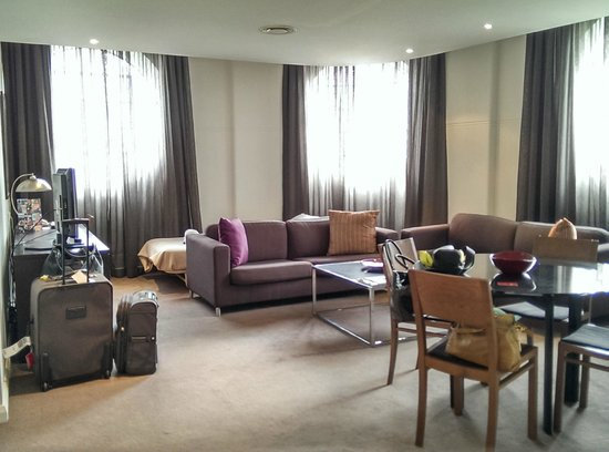 Adina Apartment Hotel Sydney, Central: Lounge/Dining and a rollaway bed