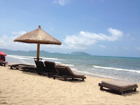Howard Johnson Resort Sanya Bay: Пляж с видом на Санья