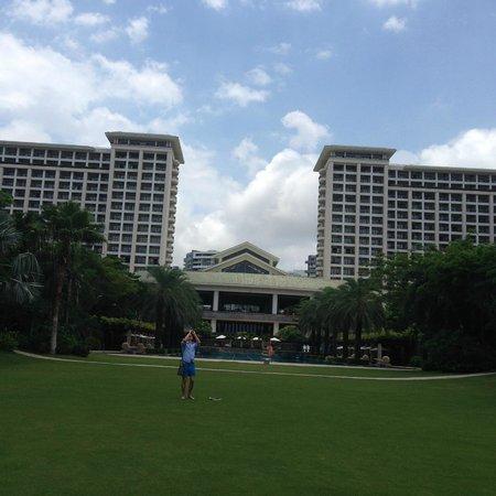 Howard Johnson Resort Sanya Bay: Вид на отель с лужайки