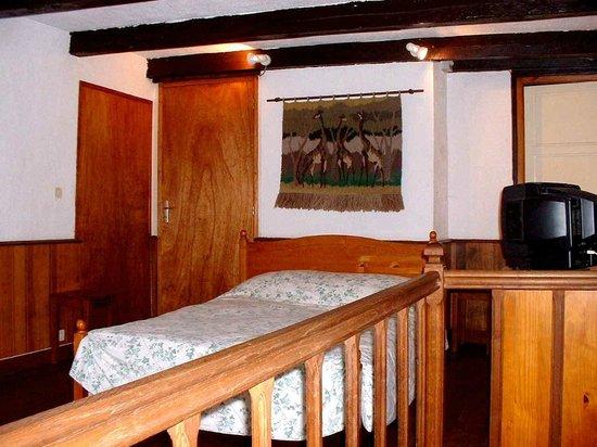 Le Vieux Moulin de la Maque : bedroom gite A