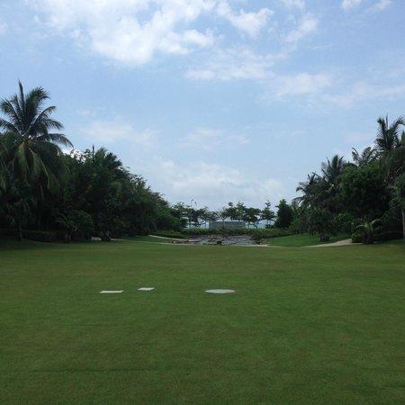 Howard Johnson Resort Sanya Bay: лужайка на территории отеля