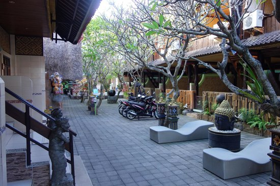 Kerti Beach Inn : L'allée sur laquelle donne toutes les chambres